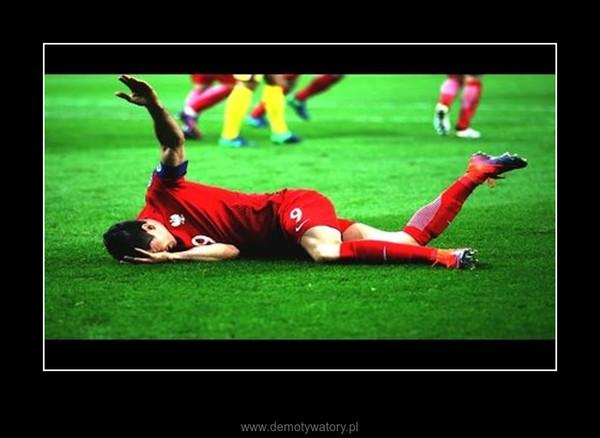Robert Lewandowski ogłuszony petardą Polska vs Rumunia HD – Fatalne zachowanie kibiców podczas meczu eliminacyjnego mistrzostw świata 2018 pomiędzy Polską a Rumunią. Podczas wykonywania rzutu rożnego na murawę rzucono petardę. Robert Lewandowski zwrócił na to sędziemu uwagę, jednak w tym momencie raca eksplodowała tuż obok piłkarza.