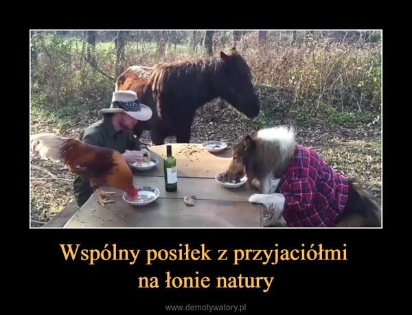 Wspólny posiłek z przyjaciółmi na łonie natury –