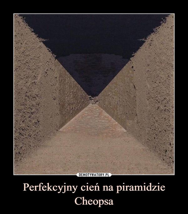 Perfekcyjny cień na piramidzie Cheopsa –