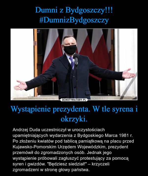 """Wystąpienie prezydenta. W tle syrena i okrzyki. – Andrzej Duda uczestniczył w uroczystościach upamiętniających wydarzenia z Bydgoskiego Marca 1981 r. Po złożeniu kwiatów pod tablicą pamiątkową na placu przed Kujawsko-Pomorskim Urzędem Wojewódzkim, prezydent przemówił do zgromadzonych osób. Jednak jego wystąpienie próbowali zagłuszyć protestujący za pomocą syren i gwizdów. """"Będziesz siedział!"""" – krzyczeli zgromadzeni w stronę głowy państwa."""