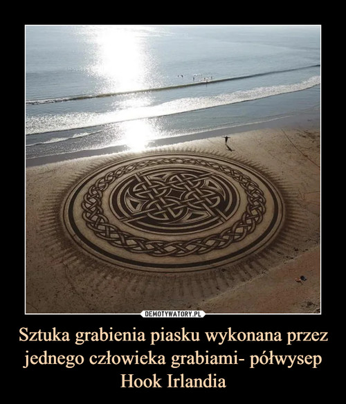 Sztuka grabienia piasku wykonana przez jednego człowieka grabiami- półwysep Hook Irlandia
